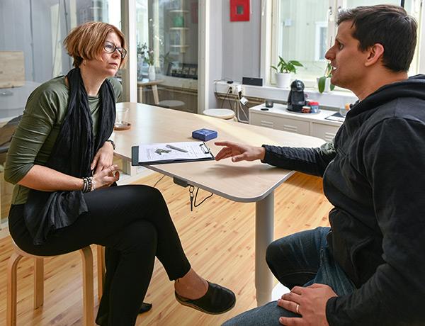 Psykolog Linda Gjertsson pratar med en kollega
