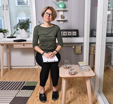 Psykologen Linda Gjertsson sitter på kontoren
