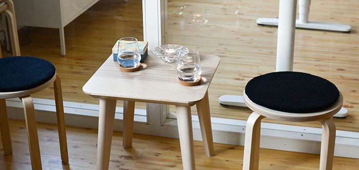 bord med två glass och ett ljus